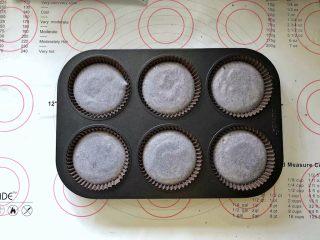 黑米杯子蛋糕,11、蛋糕模具中提前放好蛋糕纸杯,倒入蛋糕糊,轻轻震出气泡。