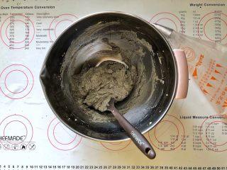 黑米杯子蛋糕,15、打至完全融合、顺滑的状态。