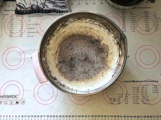 黑米杯子蛋糕,4、筛入黑米蛋糕粉。