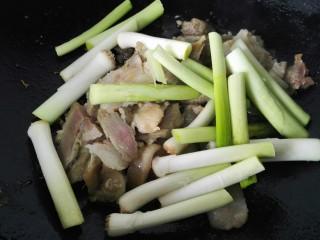 #猪头#大蒜炒猪头肉,将大蒜根部放入锅内先炒