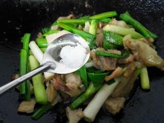 #猪头#大蒜炒猪头肉,加入少许盐调味