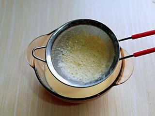 会爆浆的脏脏蛋挞~咬一口细滑醇香,再将做好的蛋挞液过细筛,这样口感更细腻。