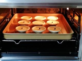 会爆浆的脏脏蛋挞~咬一口细滑醇香,烤盘入烤箱中层。
