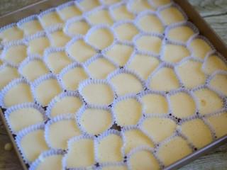 蜂蜜无水小蛋糕,挤入模具中
