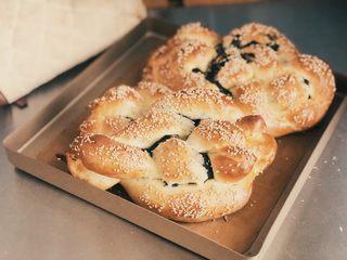 黑芝麻辫子面包,上下火180度,烤25分钟。