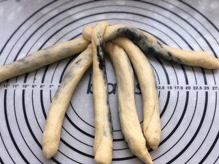黑芝麻辫子面包,第五根压过第一根。