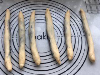 黑芝麻辫子面包,依次搓成长条。