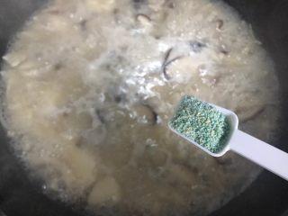 菌菇豆腐羹,加一小勺蔬之鲜(鸡精),搅拌均匀,即可
