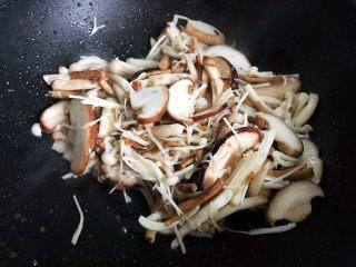 菌菇豆腐羹,翻炒至菌菇变软