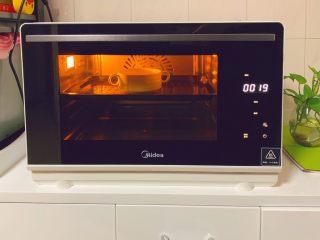 奶香布丁,选择烘烤模式,按次序选择时间20分钟·温度200度进行烘烤即可