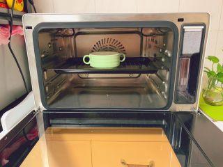 奶香布丁,将过筛后的布丁液倒入烤碗中,送入提前预热后的美的S4—L281E蒸烤箱中层