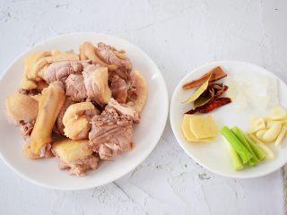 红烧鸭子,鸭子斩成小块洗净,冷水下锅,放入鸭肉焯水,焯至变色变白捞出洗净控干水分备用,葱切寸段,蒜切片,姜切片