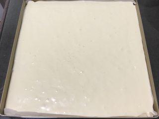 果酱奶酪蛋糕,金盘中铺上烤盘纸,便于脱模,蛋糕糊倒入金盘震几下,抹平表面。