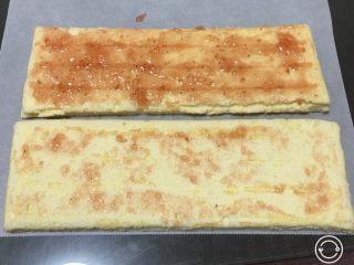 果酱奶酪蛋糕,再铺上草莓果酱。