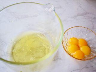 7寸中空双色戚风蛋糕,先把蛋黄和蛋清分离在两个无水无油的盆中