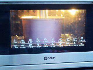 7寸中空双色戚风蛋糕,放入预热好的烤箱,上下火150度,下层60分钟