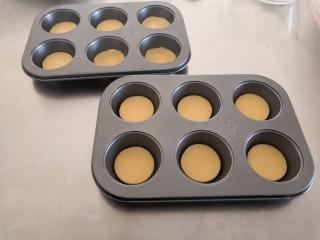 苹果奶酥小挞,放入烤盘。