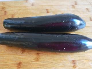 鱼香茄子  新文美食,长茄子去皮洗干净。