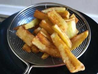 鱼香茄子  新文美食,炸制金黄捞出来控油。