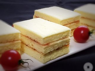 果酱奶酪蛋糕,如果夹层铺上奶油,表面挤几朵花就变成奶油蛋糕了,充分发挥想象做出自己喜欢的蛋糕。