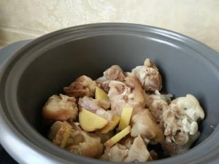 #猪年#猪蹄冻,猪蹄洗净焯水后放入砂锅中加入生姜