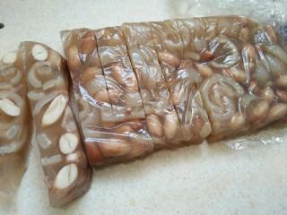 #猪年#花生猪皮冻,定型后取出,看,加保鲜膜之后非常实用吧!