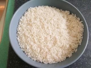 腊味煲仔饭,泡好的米,滤干水分
