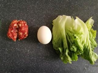 腊味煲仔饭,接着准备其他材料,生菜洗干净