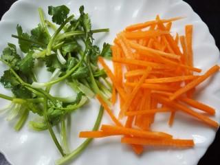 #猪里脊#锅包肉,香菜切成均匀的段,胡萝卜切成丝备用