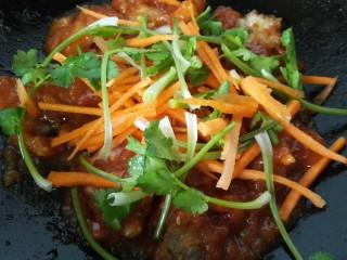 #猪里脊#锅包肉,放入炸好的肉片后翻炒均匀再加入香菜和胡萝卜丝