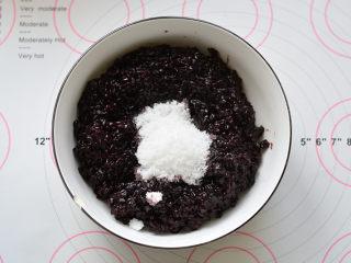 紫米小餐包,紫米饭加入适量的糖搅拌均匀备用