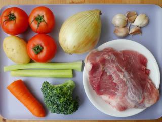 黑猪肉番茄炖菜,准备食材