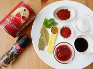 黑猪肉番茄炖菜,准备调味料。整颗的番茄罐头需下锅前先用叉子将番茄压碎。如果怕辣可减少辣椒粉。原食谱裡有肉豆寇1/2茶匙,因一般家庭很少用到所以省略了。伍斯特酱是辣醋酱油,也可用白醋+酱油+糖(1:1:0.5)替代。