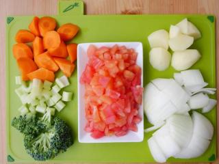 黑猪肉番茄炖菜,红萝卜及马铃薯去皮切2.5公分滚刀块,洋葱切大块。番茄去皮去籽切小丁。西洋芹削粗筋切小丁。绿花椰菜切成小朵。