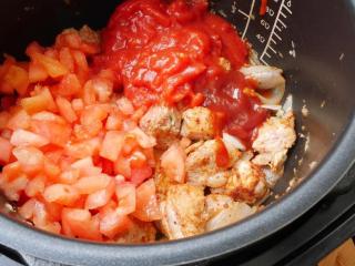 黑猪肉番茄炖菜,再加入番茄、番茄糊、番茄酱翻炒。