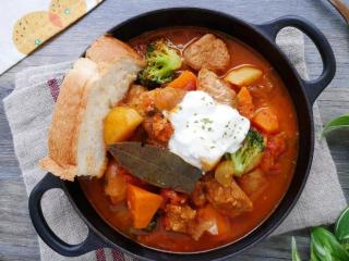 黑猪肉番茄炖菜,盛盘后可按个人喜欢加入1汤匙的酸奶油或无糖优格拌著汤汁吃,便可吃到2种风味的汤汁。可配烤热的吐司沾吃,也可配白饭或义大利面。