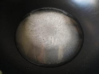 核桃芝麻糖,将白糖加入水,放入不粘锅,开小火熬煮