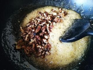 核桃芝麻糖,加入核桃仁,迅速搅拌均匀