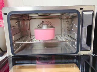 红糖发糕,轻震后放入蒸烤箱中