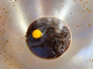 红糖发糕,接着打入鸡蛋