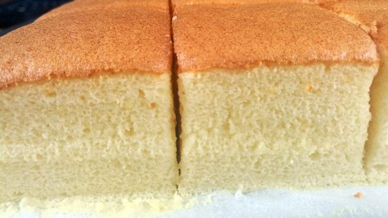 蜂蜜起司蛋糕,175度烤33分钟,28分钟时打开烤箱,将模具调头,烤出来的颜色更均匀。烤箱温度不同,如果不了解自己的烤箱温度,可以先用烤箱温度计测试。我的是嵌入式烤箱,这个温度烤出来的最完美。细腻柔滑,入口即化。烤好后从活底模取出,带好放烫手套,从底部推出蛋糕,放在烤架上待凉。12寸的活底模,正好可以切出16块,装盒正好4盒。