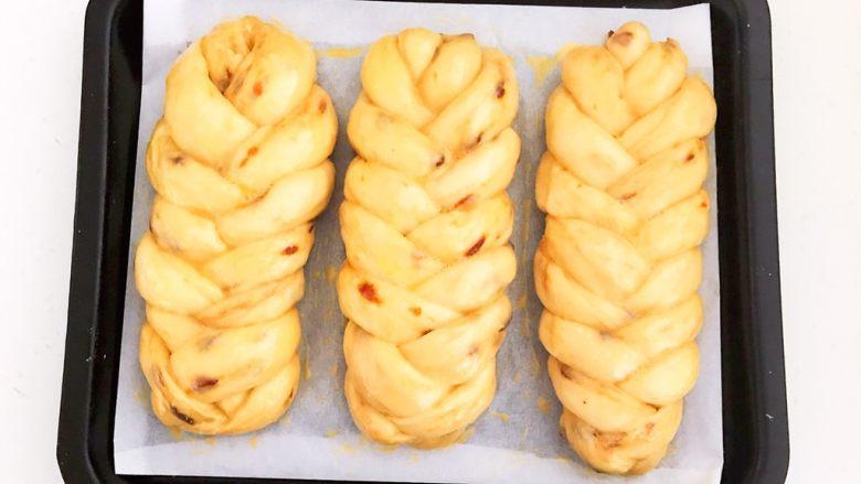 杏脯辫子面包,面包坯刷好全蛋液了