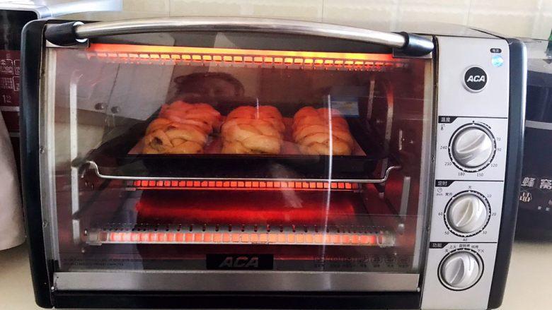 杏脯辫子面包,把烤盘放入预热好的烤箱里,上下火170W烤20分钟