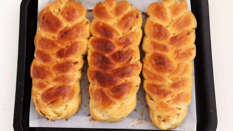 杏脯辫子面包,杏脯辫子面包烤好出炉了