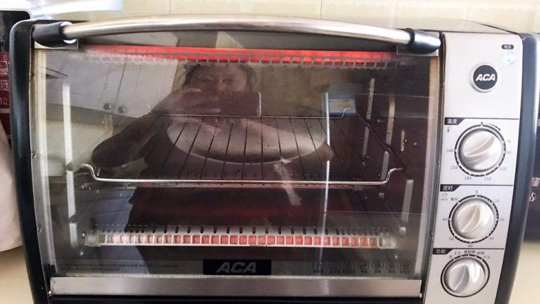 杏脯辫子面包,烤箱170W预热10分钟
