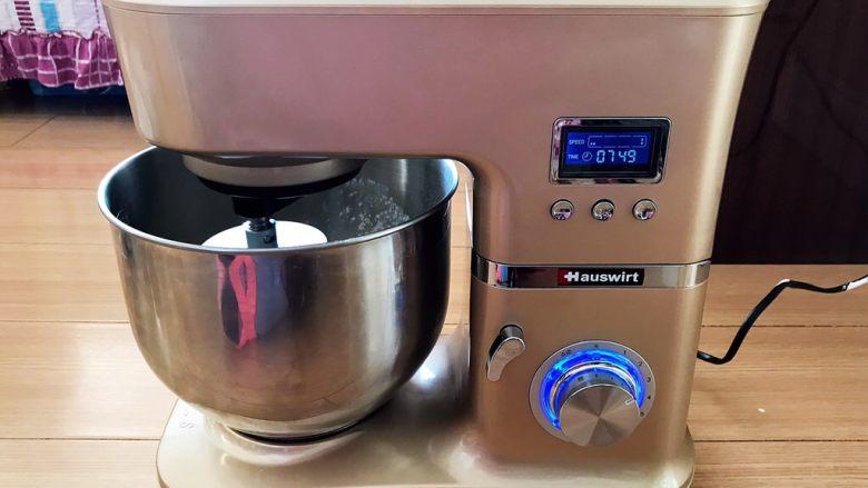 杏脯辫子面包,把面盆放入厨房机里,用2档,和面10分钟