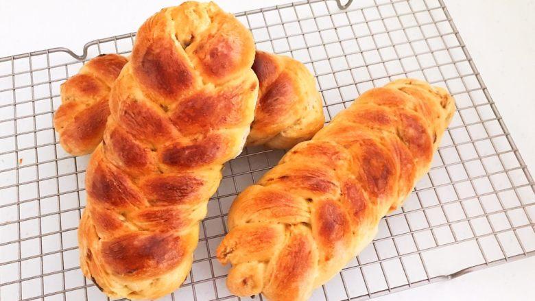 杏脯辫子面包,把面包放在晾架上晾至温热,装入保鲜袋常温保存2-3天内吃完