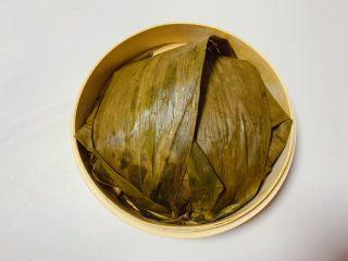 糯米蒸排骨,用粽叶包裹密实