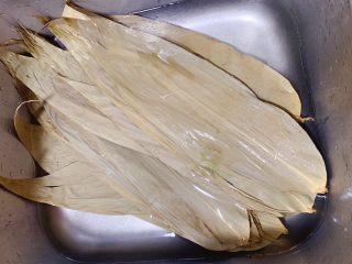 糯米蒸排骨,腌制排骨时可先将粽子叶洗净后浸泡一下,能更好的软化叶子,方便包裹