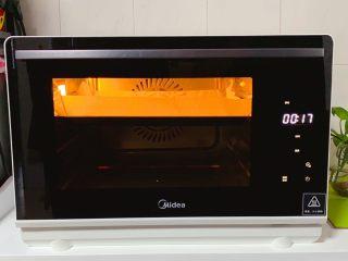 蛋白蛋糕,送入美的S4—L281E蒸烤箱中上层,按烘烤模式·选择160度·时间约20~25分钟烘烤即可(烘焙时间与温度只供参考)